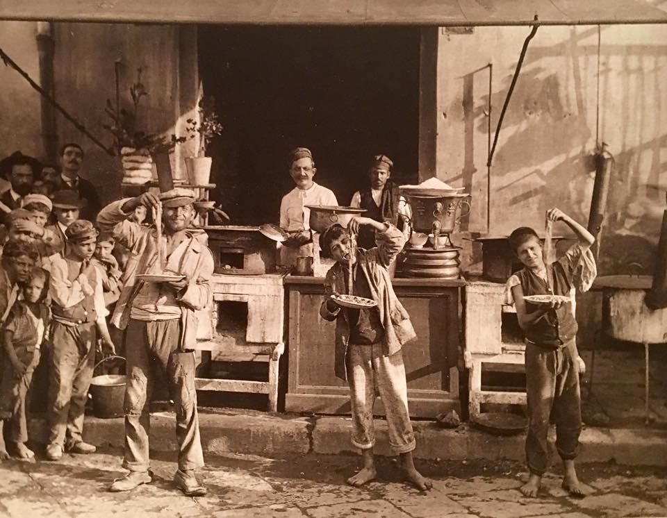 https://www.italymagazine.com/sites/default/files/feature-story/gallery/brogi_carlo_1850-1925_-_n._10458_-_napoli_-_mangiamaccheroni_napoletani.jpg