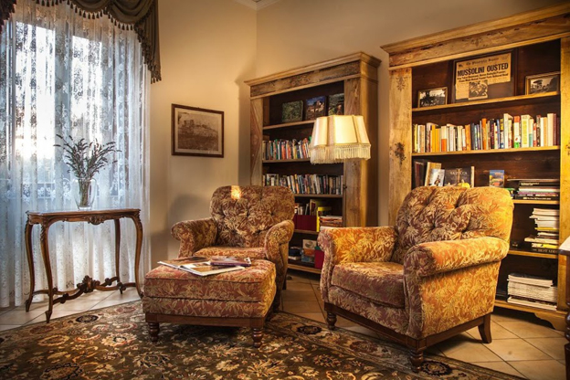La Villa di Torre Alfina's living room and library