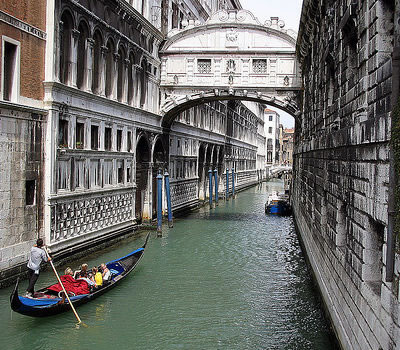 venice 39 s bridge of sighs restored italy magazine. Black Bedroom Furniture Sets. Home Design Ideas
