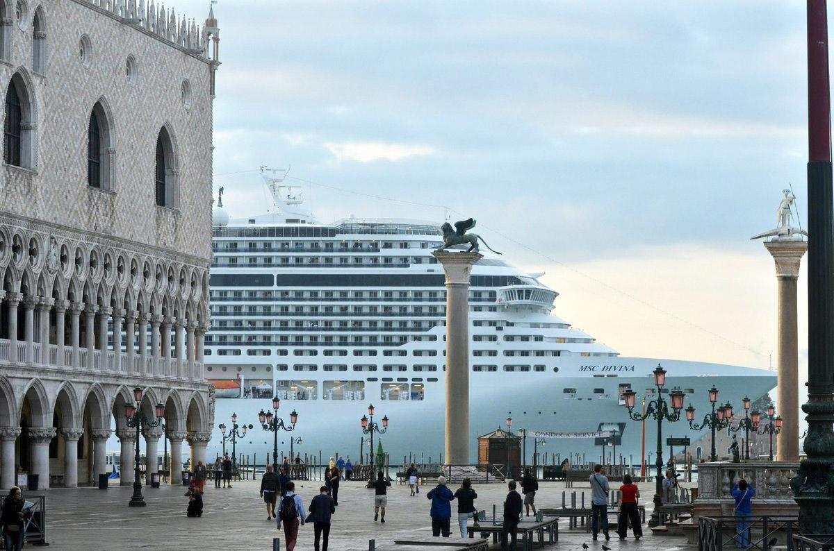 large cruise ships Venice
