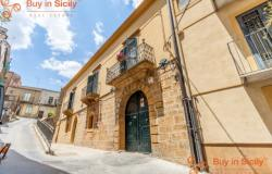 Aristocratic historic building in the heart of the historic centre 064-17 0