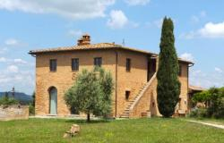 Restored charming farmhouse in Crete Senesi 0
