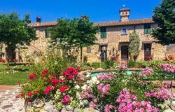 19th century farmhouse with views near Lake Trasimeno, Umbria 0