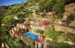 IV1103 Villa with swimming pool and sea view for sale in Bordighera. 2