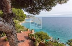 IV1103 Villa with swimming pool and sea view for sale in Bordighera. 6
