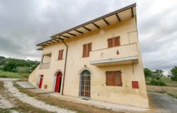 Bevagna, large farmhouse with 20,000 square meters 3