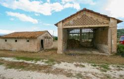 Bevagna, large farmhouse with 20,000 square meters 10
