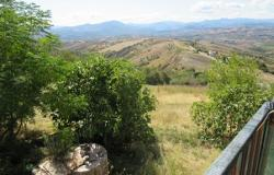 2 bed, 9000sqm of land, 200 meters to lively town and fabulous mountain views. 0