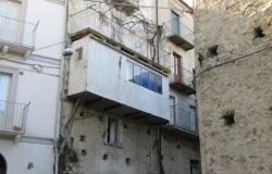Stone structure, amazing views, town house with 3 bedrooms, semi-habitable, 110sqm, separate garden. 0