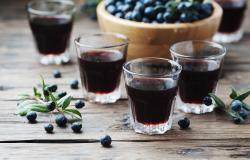 cups of mirto, traditional Sardinian liqueur, and myrtle berries