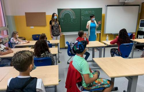 Italian classroom with students and teachers wearing masks