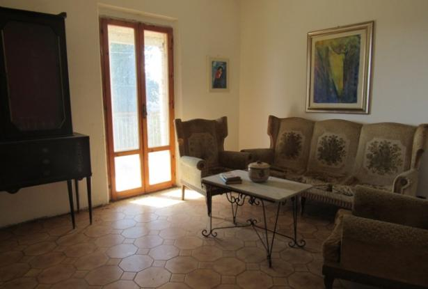 350sqm farm house, 7 bedrooms, with olive grove, 2km to the beach.  13