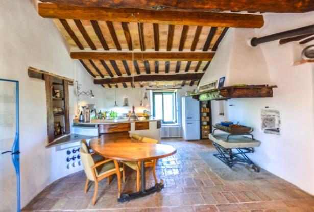 Superb Farmhouse With Views of Valle del Metauro, Le Marche 9