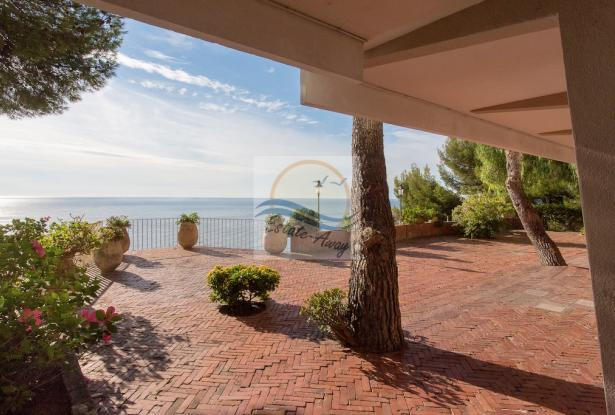 IV1103 Villa with swimming pool and sea view for sale in Bordighera. 3