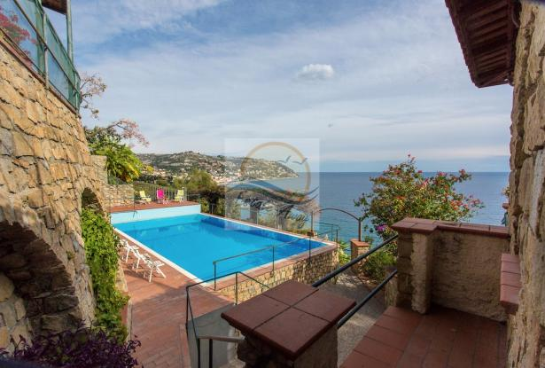 IV1103 Villa with swimming pool and sea view for sale in Bordighera. 4