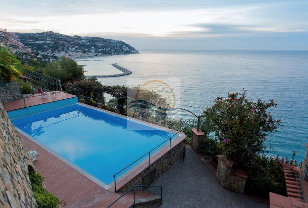 IV1103 Villa with swimming pool and sea view for sale in Bordighera. 18