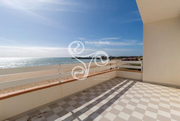 Beautiful villa on two elevations directly on the beach of Punta Braccetto 037-20  12