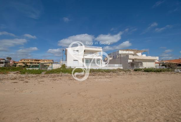 Beautiful villa on two elevations directly on the beach of Punta Braccetto 037-20  2
