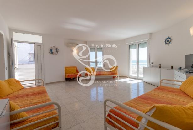 Beautiful villa on two elevations directly on the beach of Punta Braccetto 037-20  5