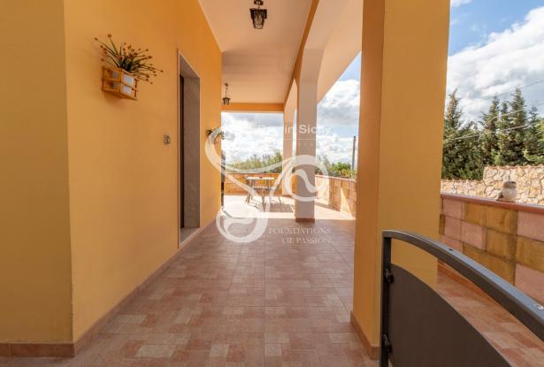 Elegant villa with sea view located in the Isola area (SR) 048-20  2