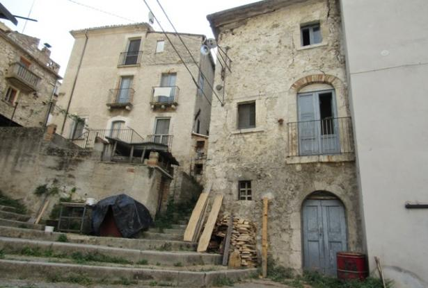 Majella stone structure with garden and 2 beds in the old part of this lively, very Italian town 0