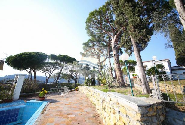 iv1107 Villa with swimming pool and sea view for sale in Bordighera. 5