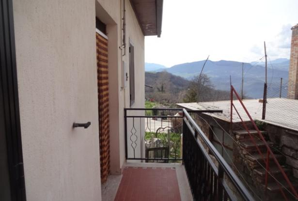 Habitable two bedroom, town house,with garden, located 2km from Bomba and offering open lake and mountain views. 11
