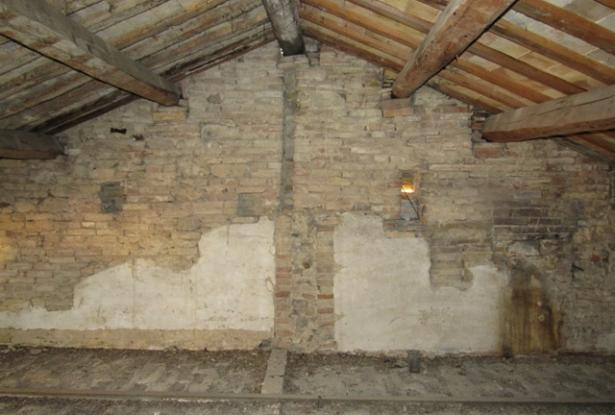 Original brick, 200 year old, town house, 10 minutes to the beach with 3 bedrooms, garden and possibility to create a sun terrace. 8