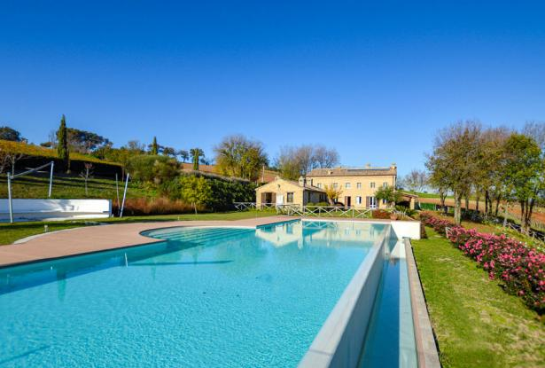 Farmhouse With Dependance and Pool Surrounded by Vineyards 0