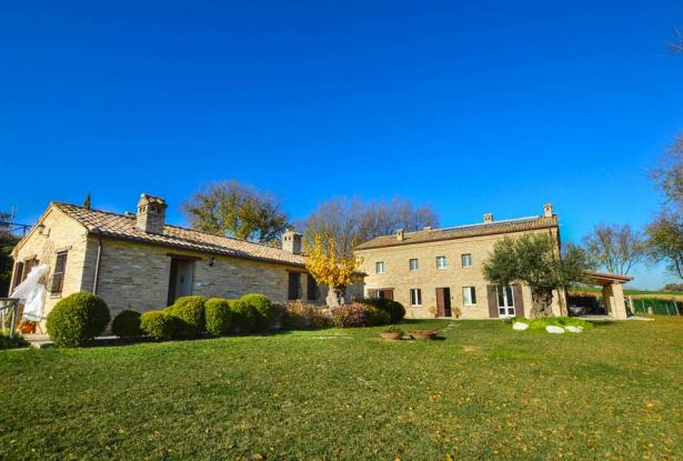 Farmhouse With Dependance and Pool Surrounded by Vineyards 3