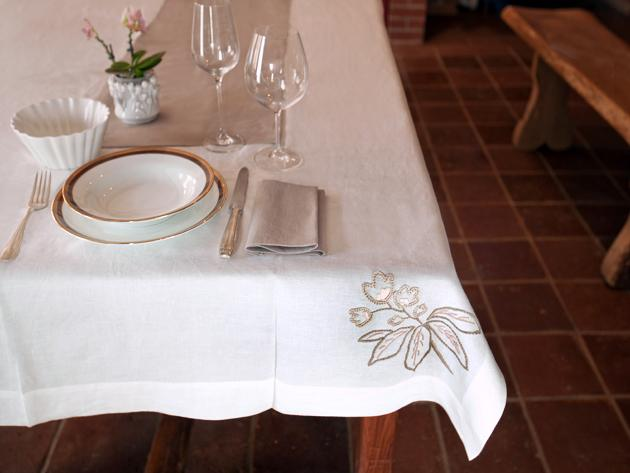 Tablecloth with tablerunner