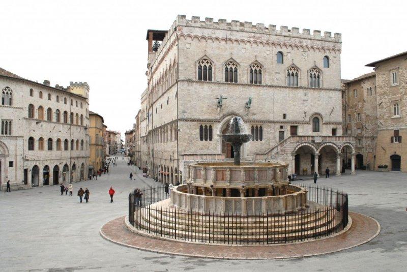 Day tripper perugia italy magazine for Arredare milano piazza iv novembre